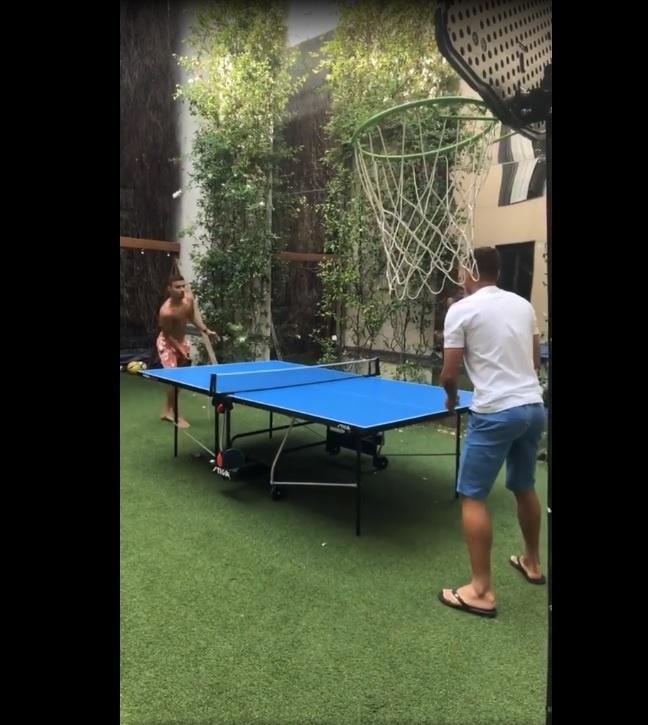 Thiago Silva joga pingue-pongue na folga após Copa do Mundo