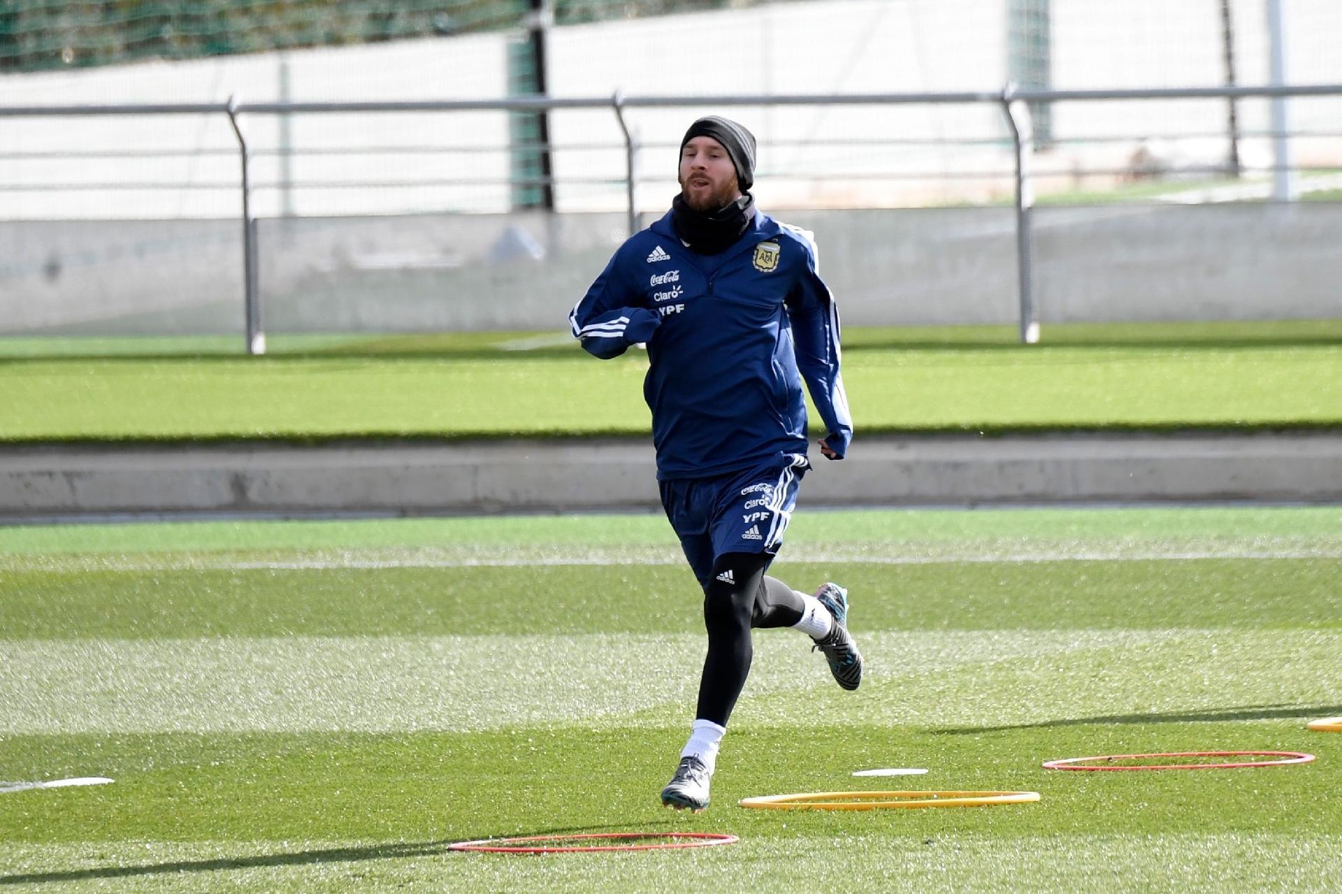 Copa do Mundo 2018  Lionel Messi treina e deve reforçar Argentina em  amistoso com a Espanha - UOL Copa do Mundo 2018 372e8312b94de