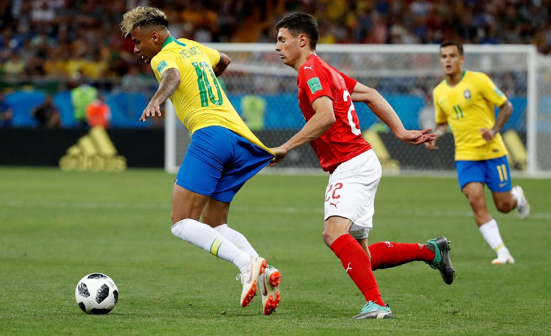 Suíça na Copa 2018  Suíço que postou imagem puxando Neymar rebate críticas  sobre  jogo sujo  - UOL Copa do Mundo 2018 1617908f1ae18