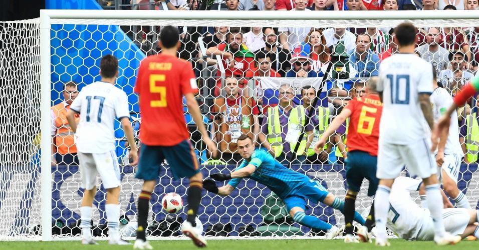 Akinfeev se estica para defender chute de Iniesta