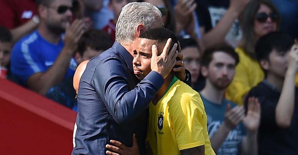 Gabriel Jesus é cumprimentado por Tite após ser substituído por Roberto Firmino