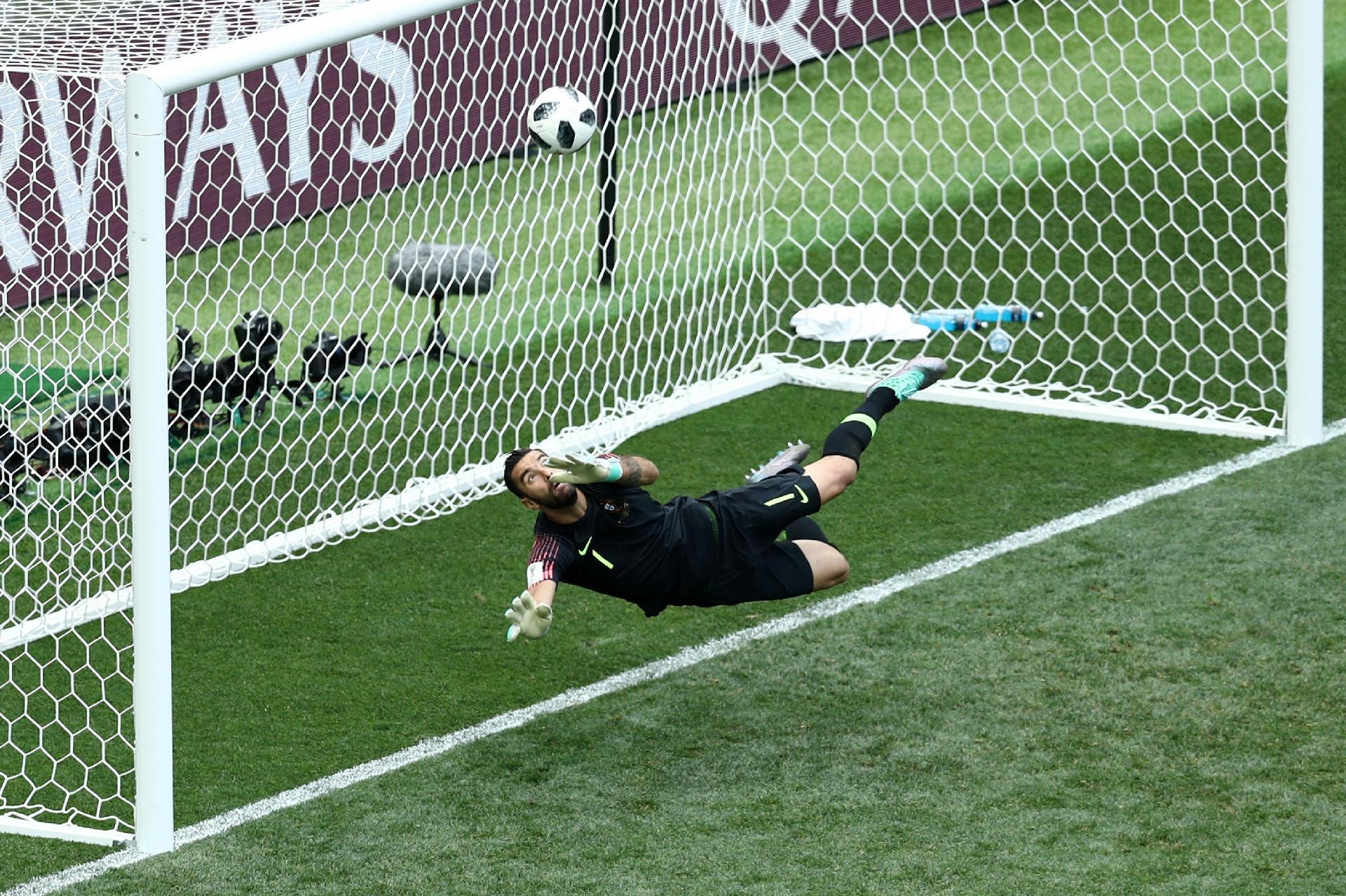 Portugal na Copa 2018  Goleiro que salvou Portugal pediu divórcio da  ex-mulher na véspera de Natal - UOL Copa do Mundo 2018 50f4080ebe218