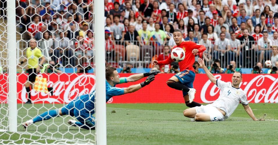 Akinfeev defende chute do brasileiro naturalizado espanhol Rodrigo