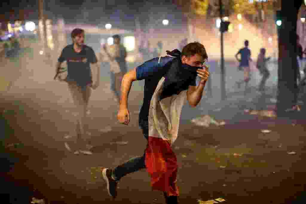 Em Paris, torcedor da França corre durante confusão durante comemoração do título mundial - Jack Taylor/Getty Images