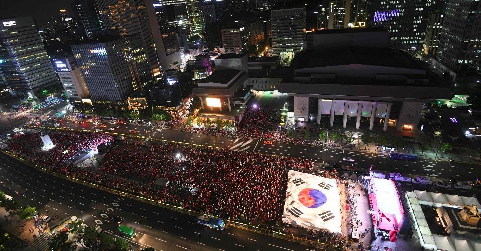 Torcedores sul-coreanos se reuniram na praça Gwanghwamun, em Seul, para acompanhar a Coreia na estreia da Copa