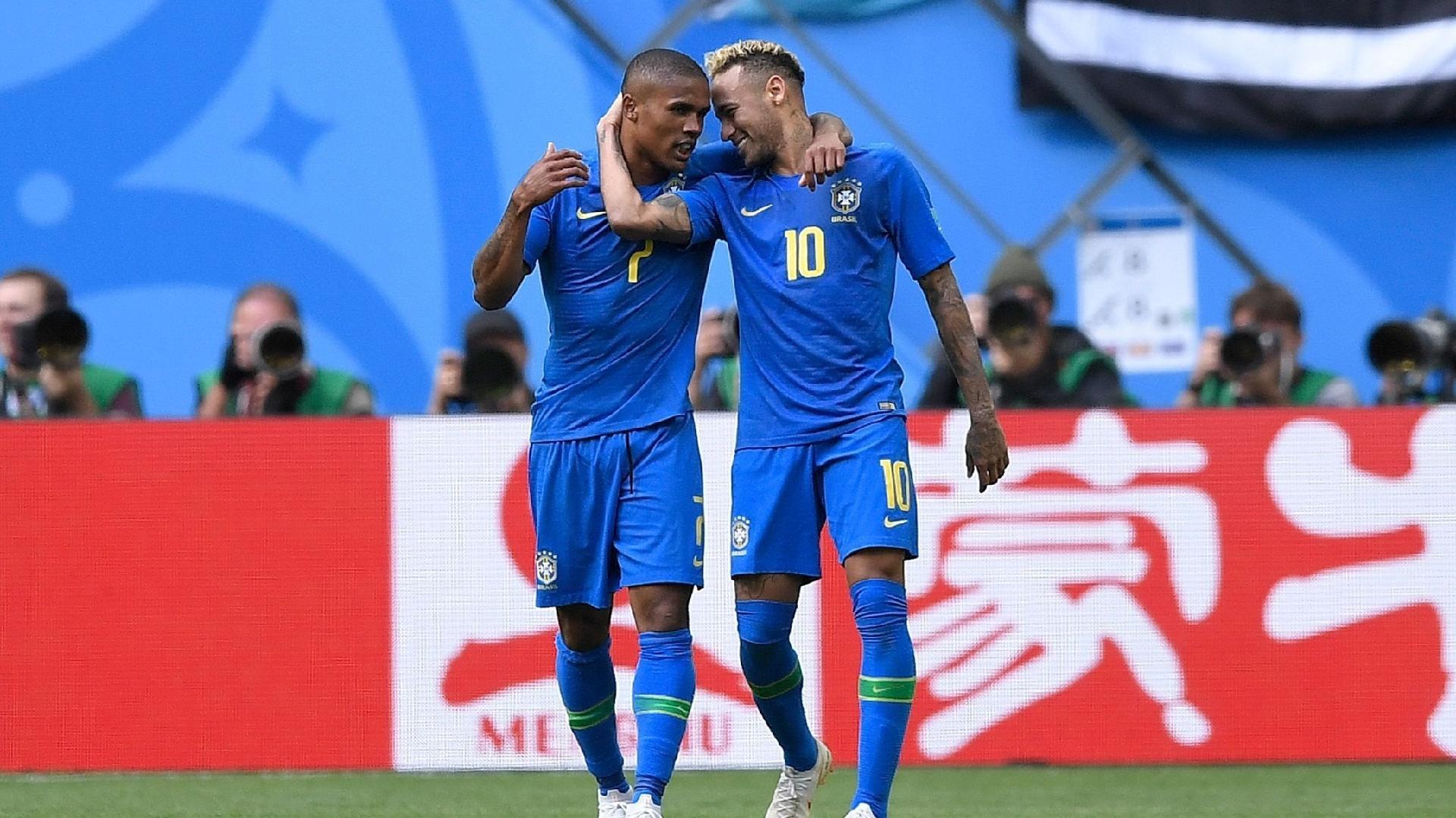 Douglas Costa e Neymar se abraçam após o segundo gol do Brasil contra a Costa Rica