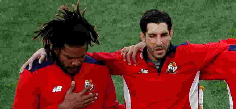 Ao lado de Jaime Penedo, o capitão do Panamá Román Torres chorou durante hino do país na estreia - Carlos Garcia Rawlins/Reuters