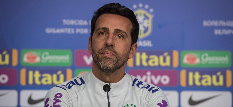 Edu Gaspar concede entrevista coletiva na Granja Comary; erro administrativo pode comprometer a rodada do Brasileirão - Pedro Martins / MoWA Press