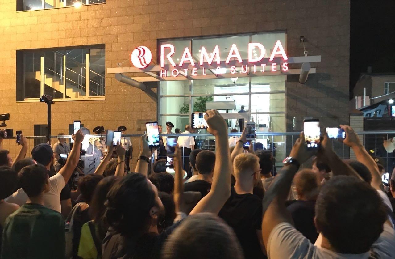 Torcedores tentam registrar a chegada da seleção brasileira em hotel de Rostov