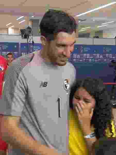 Penedo abraça a menina que chegou ao encontrar os jogadores do Panamá no túnel - Reprodução