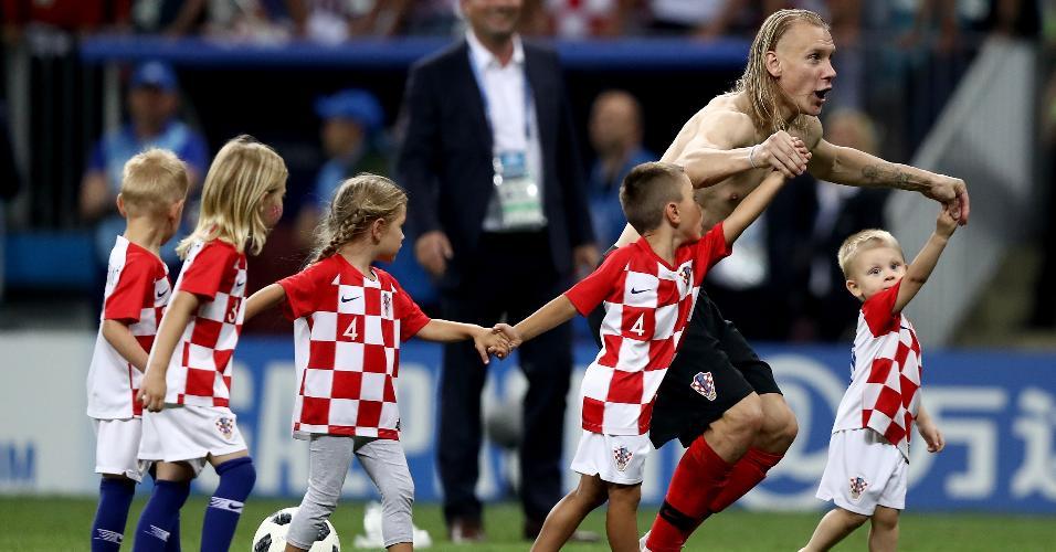 Domagoj Vida, jogador da Croácia, comemora a classificação para a final com filhos de jogadores da seleção croata
