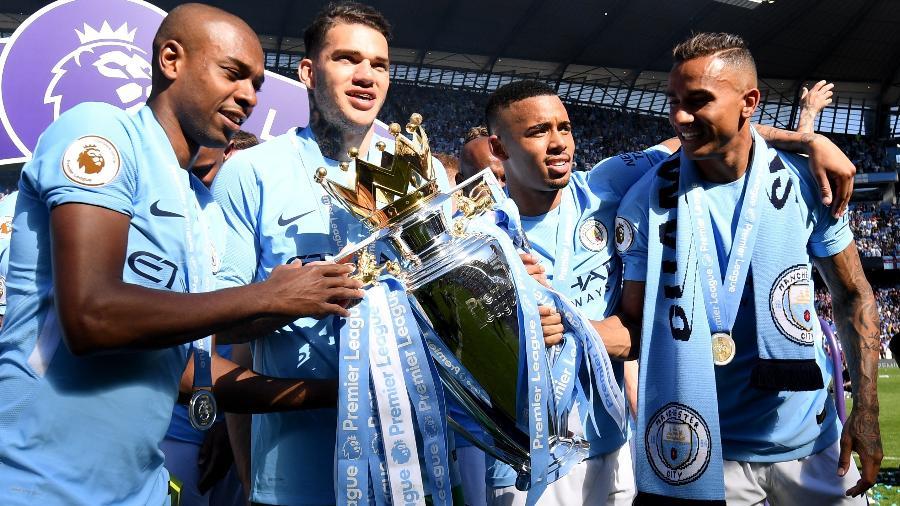 Fernandinho, Ederson, Gabriel Jesus e Danilo, do Manchester City, posam com o troféu do Campeonato Inglês - Michael Regan/Getty Images