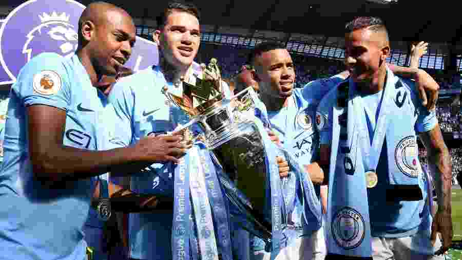 Fernandinho, Ederson, Fernandinho e Gabriel Jesus, do Manchester City, posam com o troféu do Campeonato Inglês - Michael Regan/Getty Images