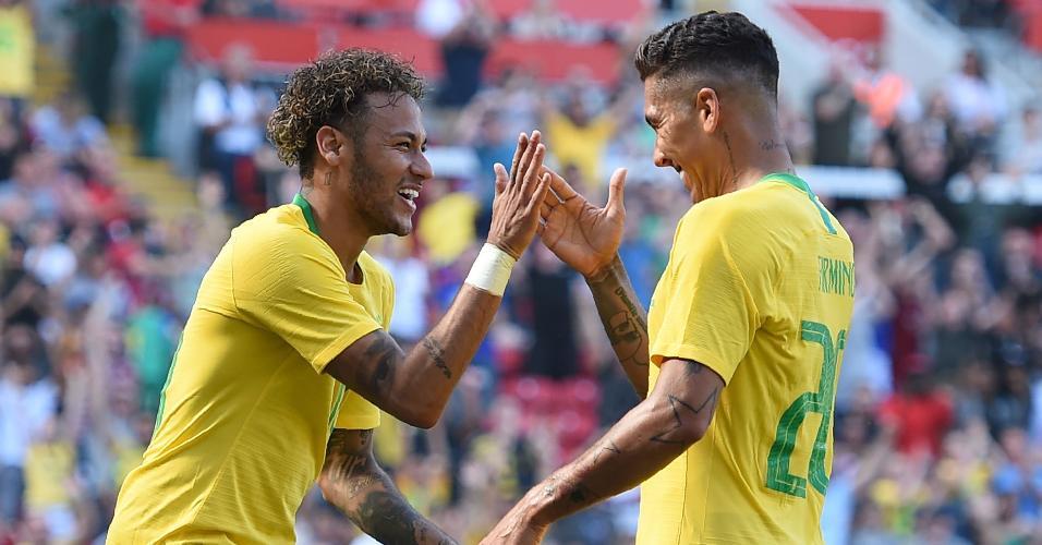 Neymar e Firmino celembram gol em amistoso entre Brasil e Croácia, em Liverpool