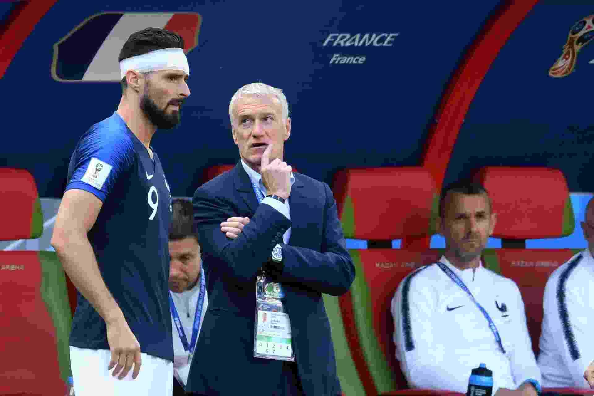 O técnico Didier Deschamps com Giroud na vitória da França sobre a Austrália - Kirill Kudryavtsev/AFP
