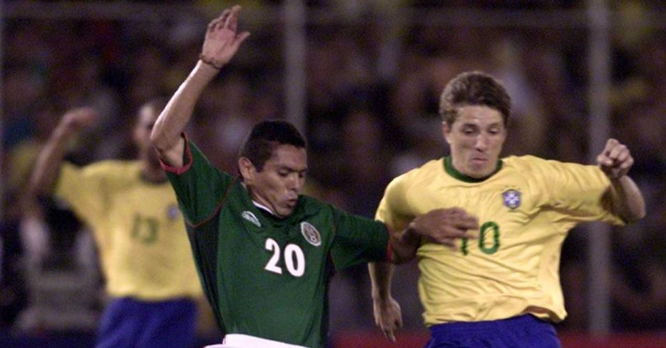 Juninho Paulista e Ramon Morales disputam a bola no jogo Brasil x México pela Copa América de 2001