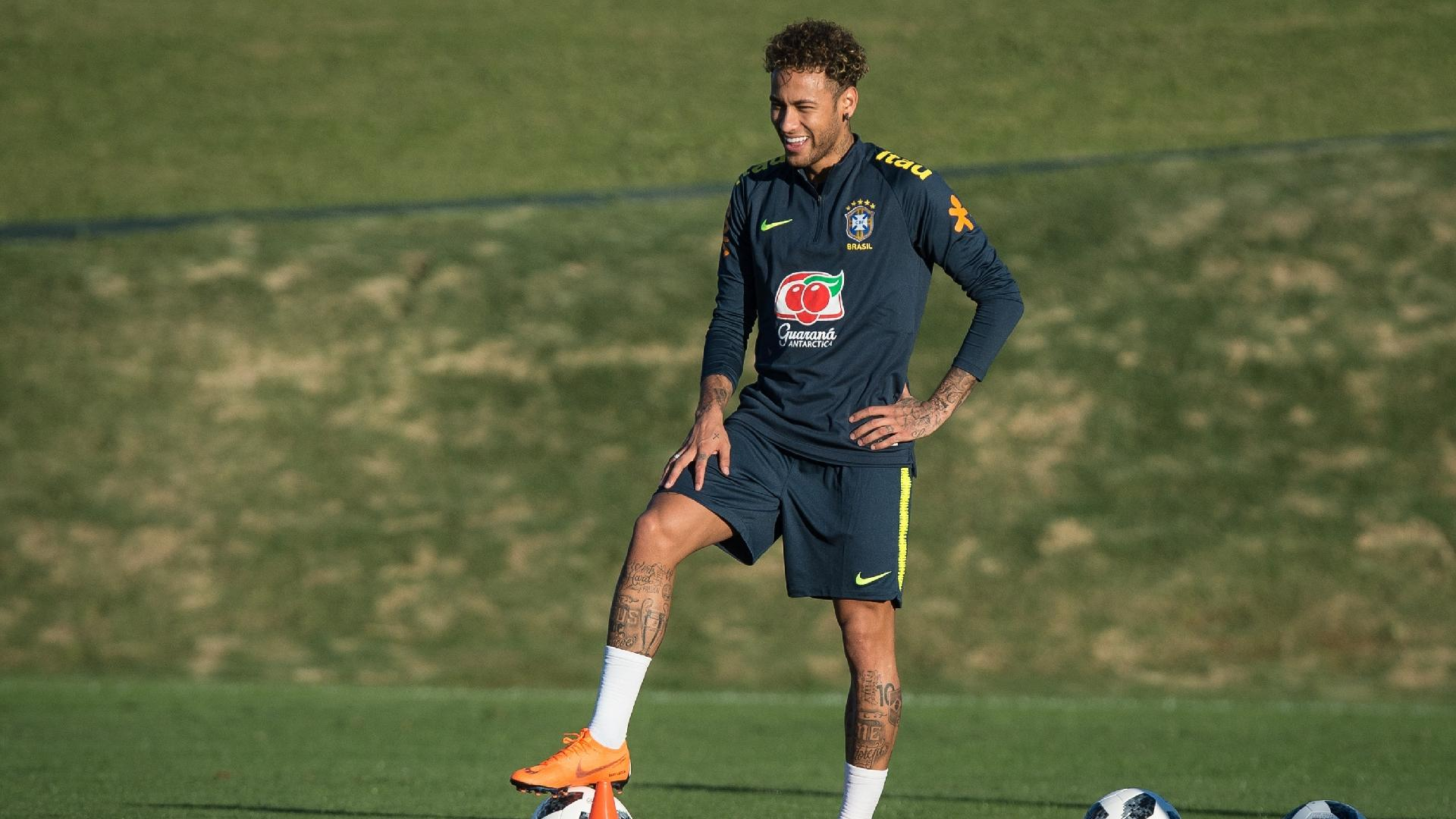 Neymar participa de treino com bola pela seleção brasileira