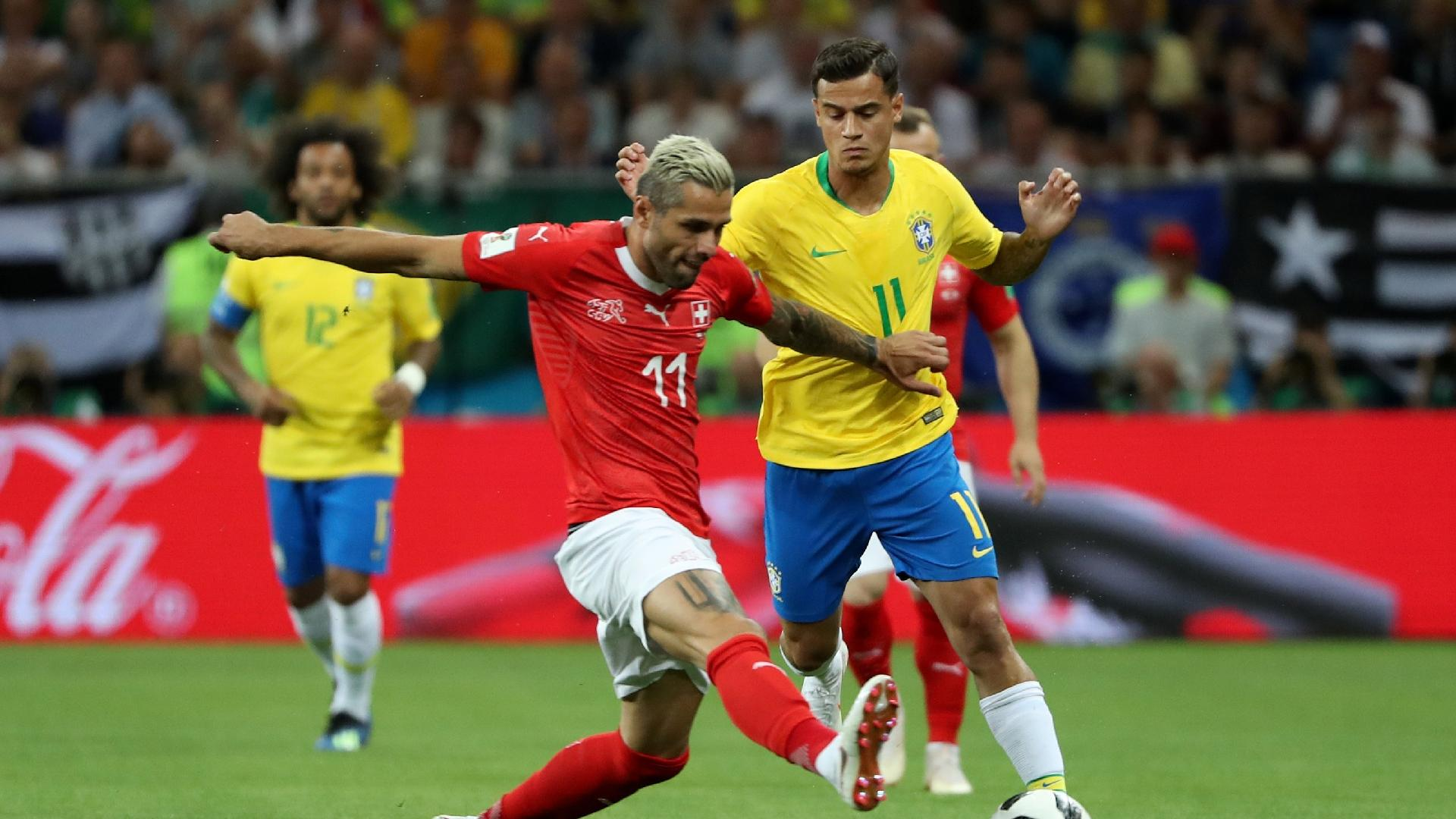 Behrami e Coutinho disputam a bola em jogo entre Brasil e Suíça