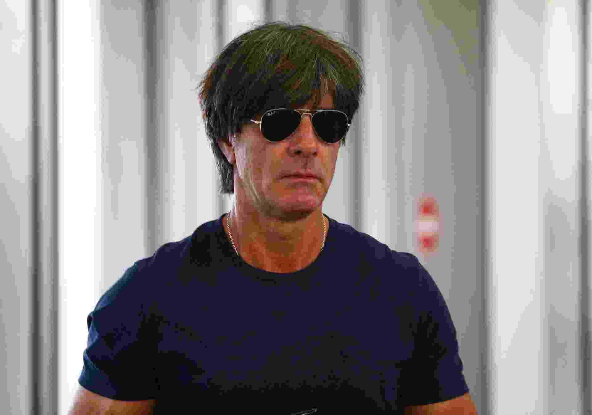 Joachim Löw usou óculos escuros no aeroporto antes do embarque da Alemanha - REUTERS/Gleb Garanich