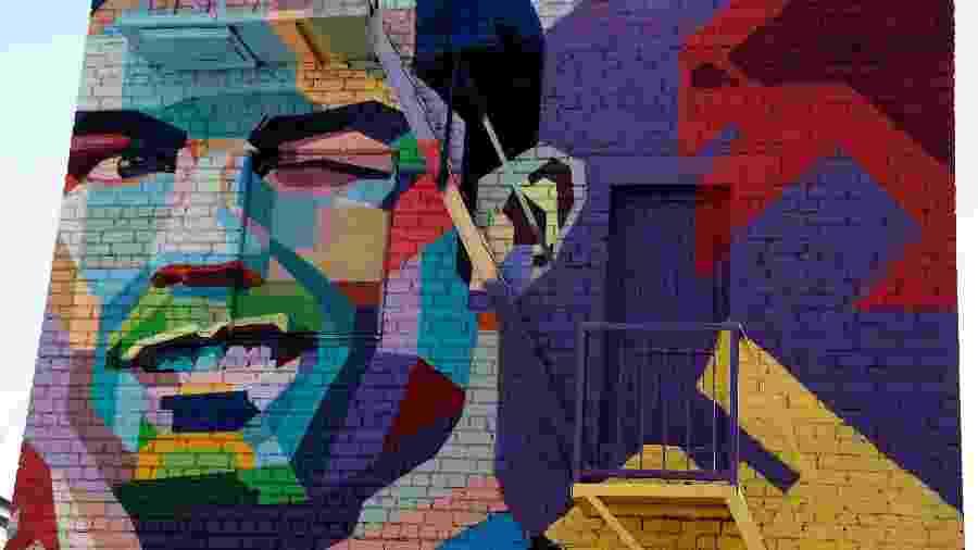 Mural de Cristiano Ronaldo na cidade de Kazan - imagem de Messi entrará ao lado do português - REUTERS/John Sibley