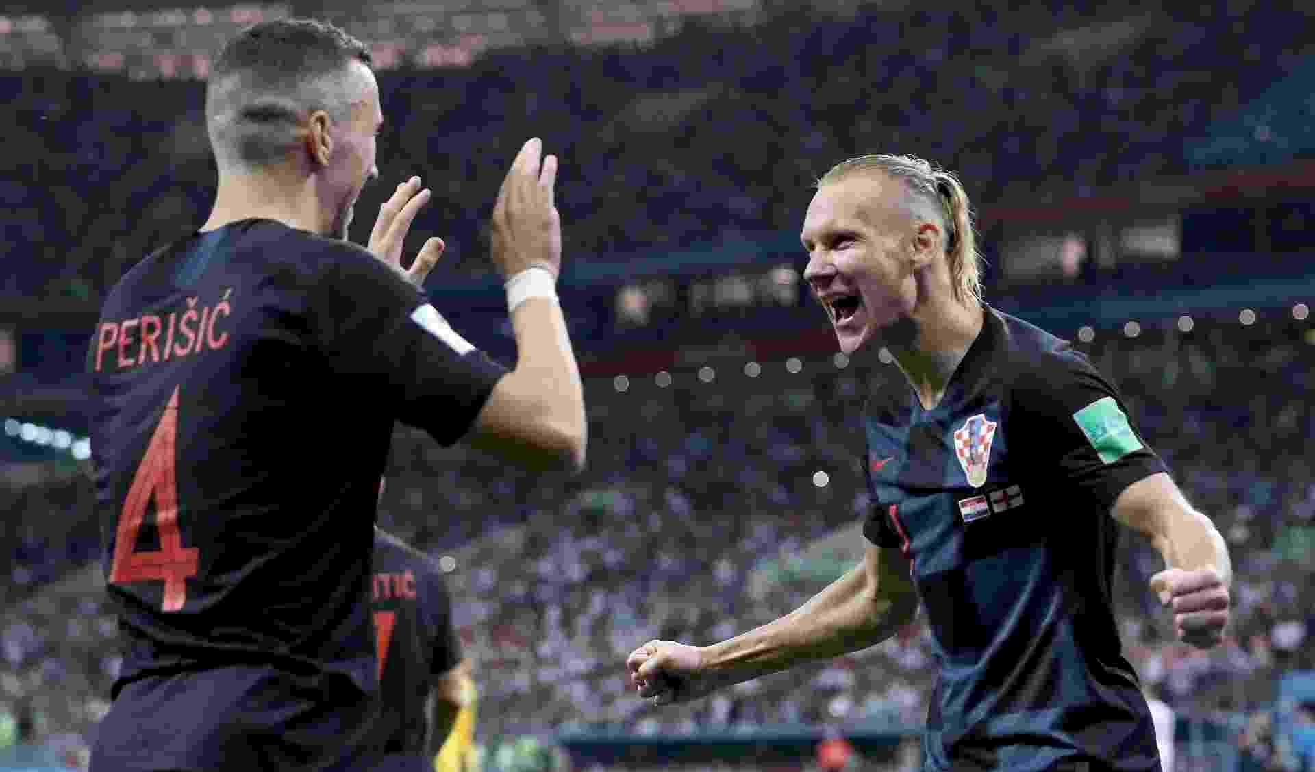 Ivan Perisic e Domagoj Vida, da Croácia, comemoram juntos gol de empate sobre a Inglaterra - Ryan Pierse/Getty Images