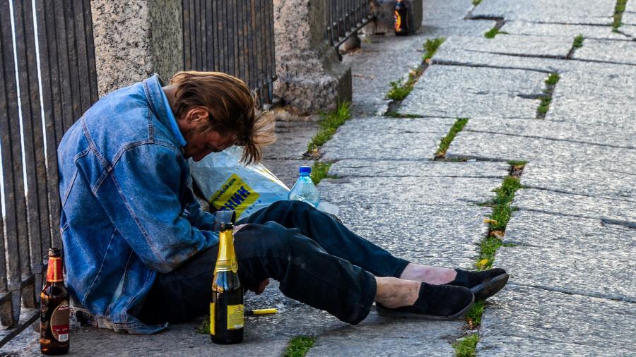 Homem alcoolizado em rua de São Petersburgo, Rússia - Wikimedia Commos