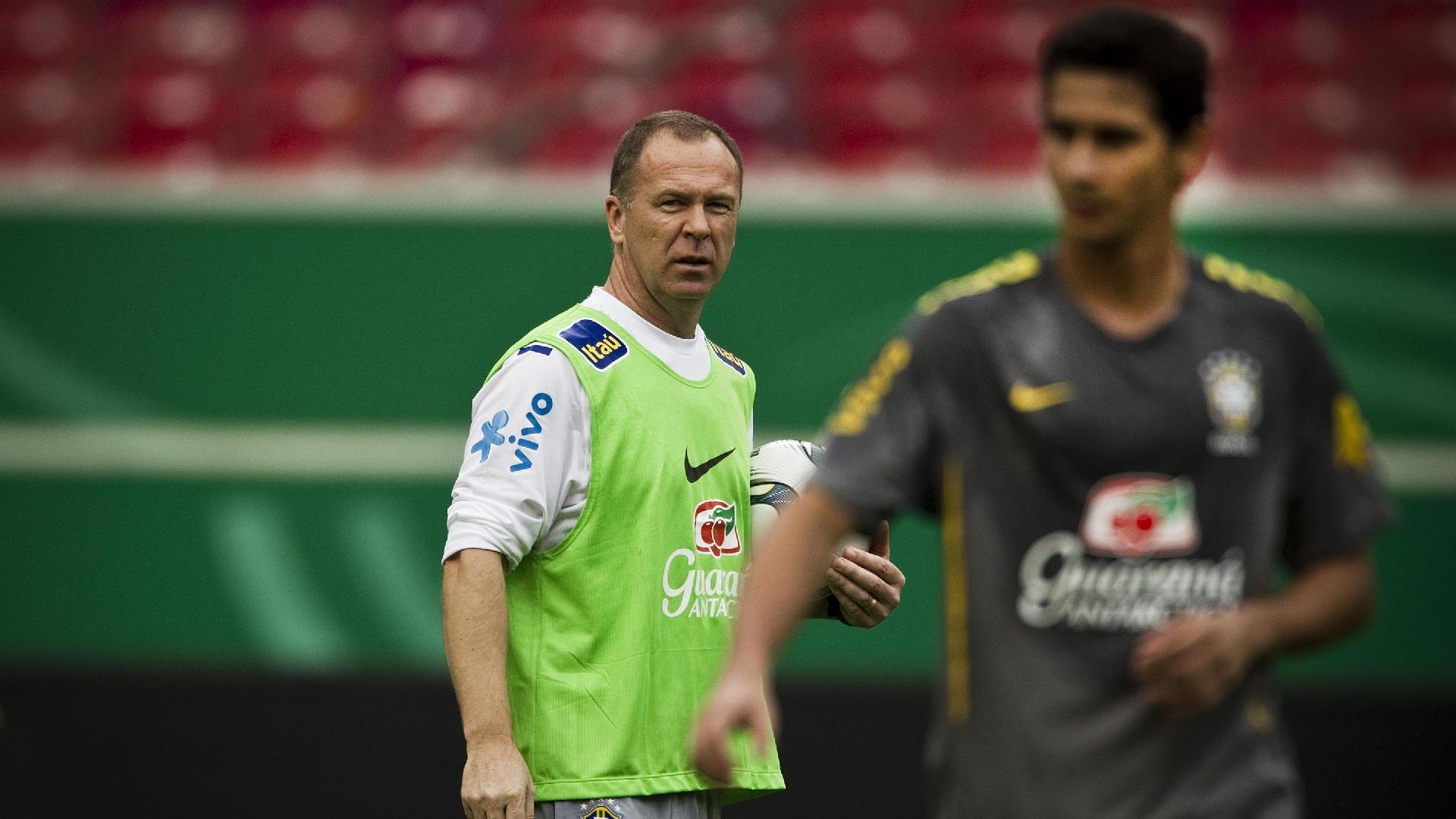 Mano Menezes observa Paulo Henrique Ganso durante treino da seleção brasileira