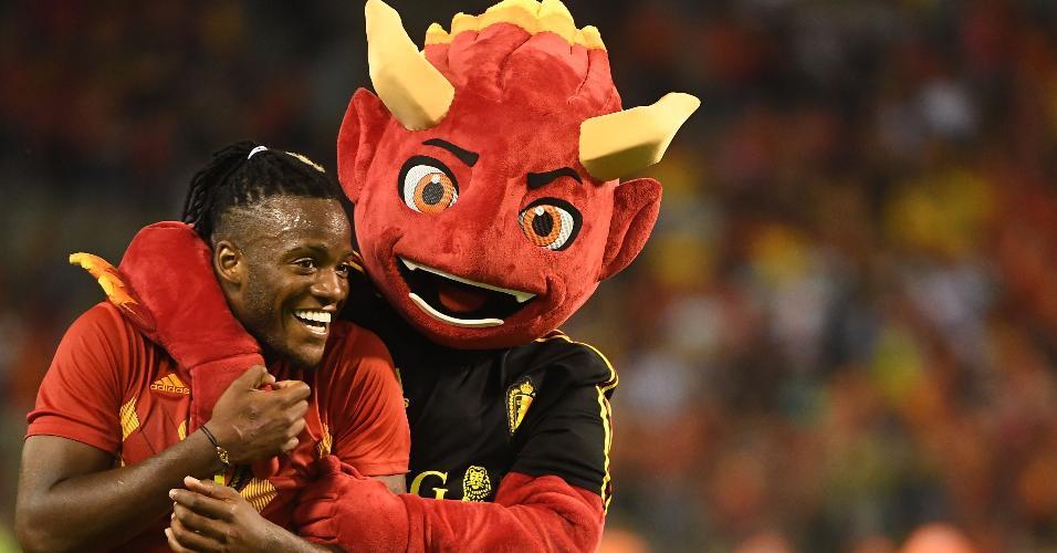 Red, mascote da Bélgica, abraça o atacante Michy Batshuayi