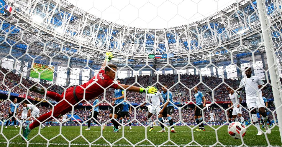 Varane cabeceia e marca para a França contra o Uruguai
