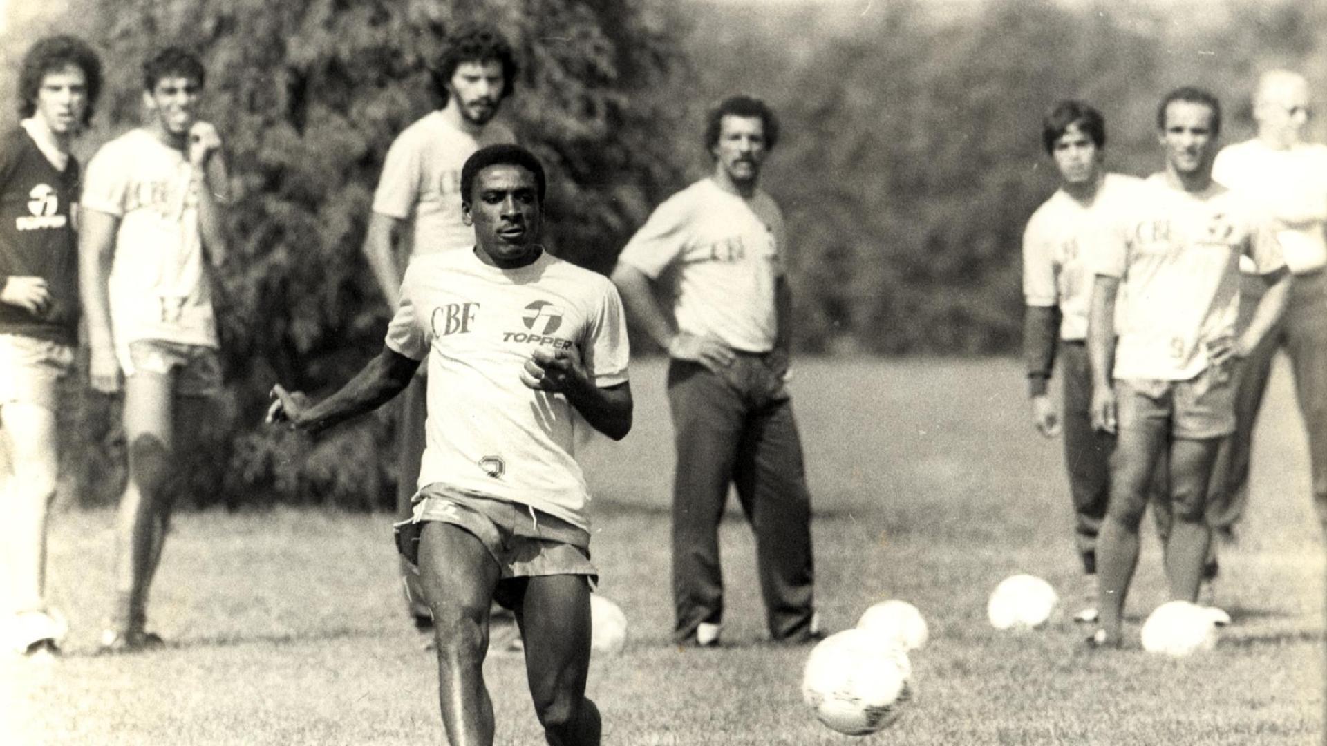 Josimar é observado por jogadores da seleção brasileira da década de 80