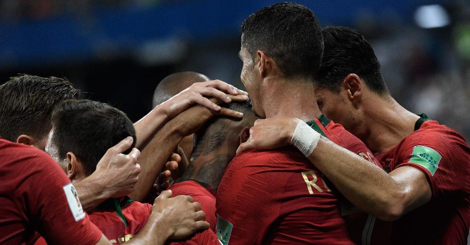 Jogadores de Portugal comemoram gol contra o Irã na Copa do Mundo