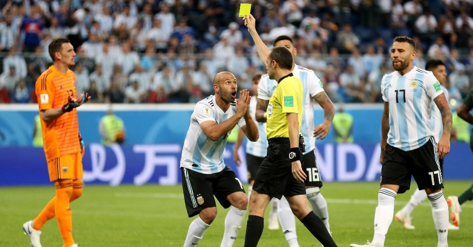 Javier Mascherano, volante da Argentina suplica para não levar o amarelo contra a Nigéria
