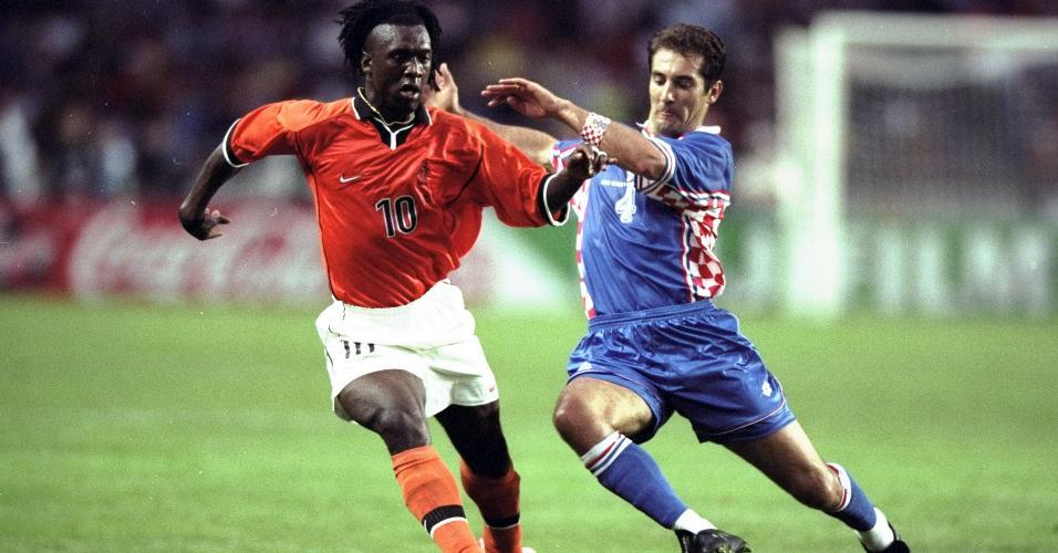 Seedorf e Igor Stimac na partida entre Croácia e Holanda em 1998