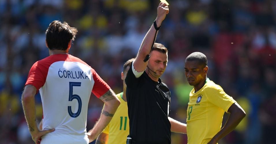 Fernandinho leva cartão amarelo durante jogo Brasil x Croácia