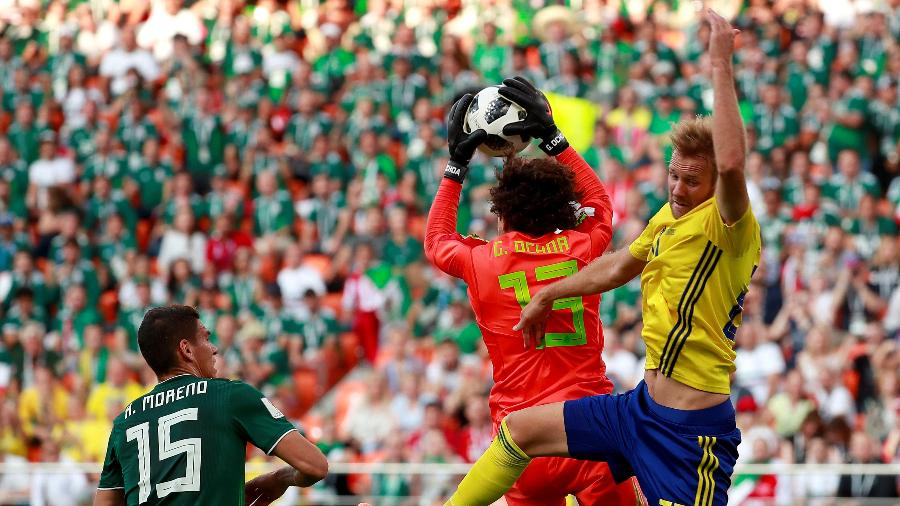 Guillermo Ochoa agarra a bola no ar no duelo entre México e Suécia - José Méndez/EFE