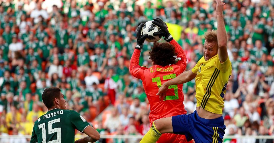 Guillermo Ochoa agarra a bola no ar no duelo entre México e Suécia