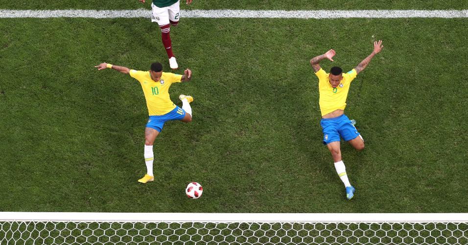 Neymar dá o carrinho para marcar o gol do Brasil