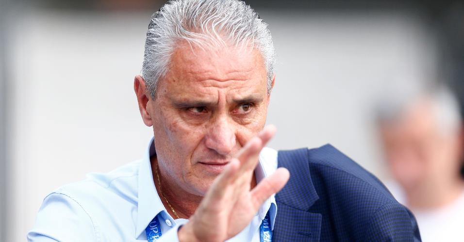 O técnico Tite se despede da torcida brasileira em Kazan, na Rússia