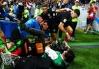 Mandzukic presenteia fotógrafo atropelado na Copa com camisa da Croácia - Dan Mullan/Getty Images