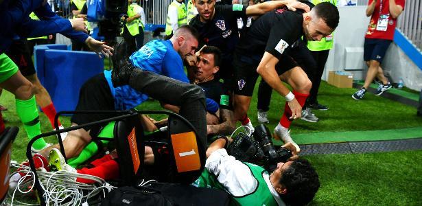 Croatas esmagam o fotógrafo Yuri Cortez após gol de Mandzukic