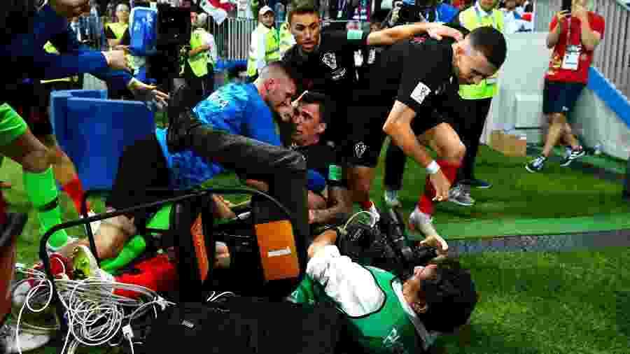 Croatas esmagam o fotógrafo Yuri Cortez após gol de Mandzukic - Dan Mullan/Getty Images