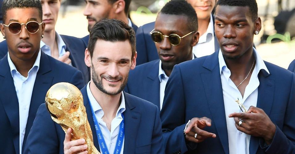 Goleiro Hugo Lloris segura o troféu da Copa do Mundo, ao lado do volante Paul Pogba