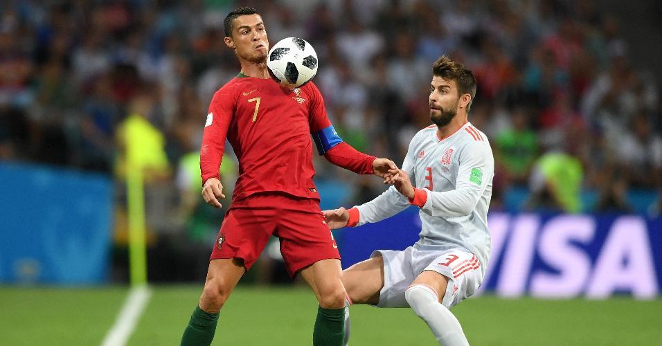 Cristiano Ronaldo é marcado por Piqué no empate por 3 a 3 entre Portugal e Espanha