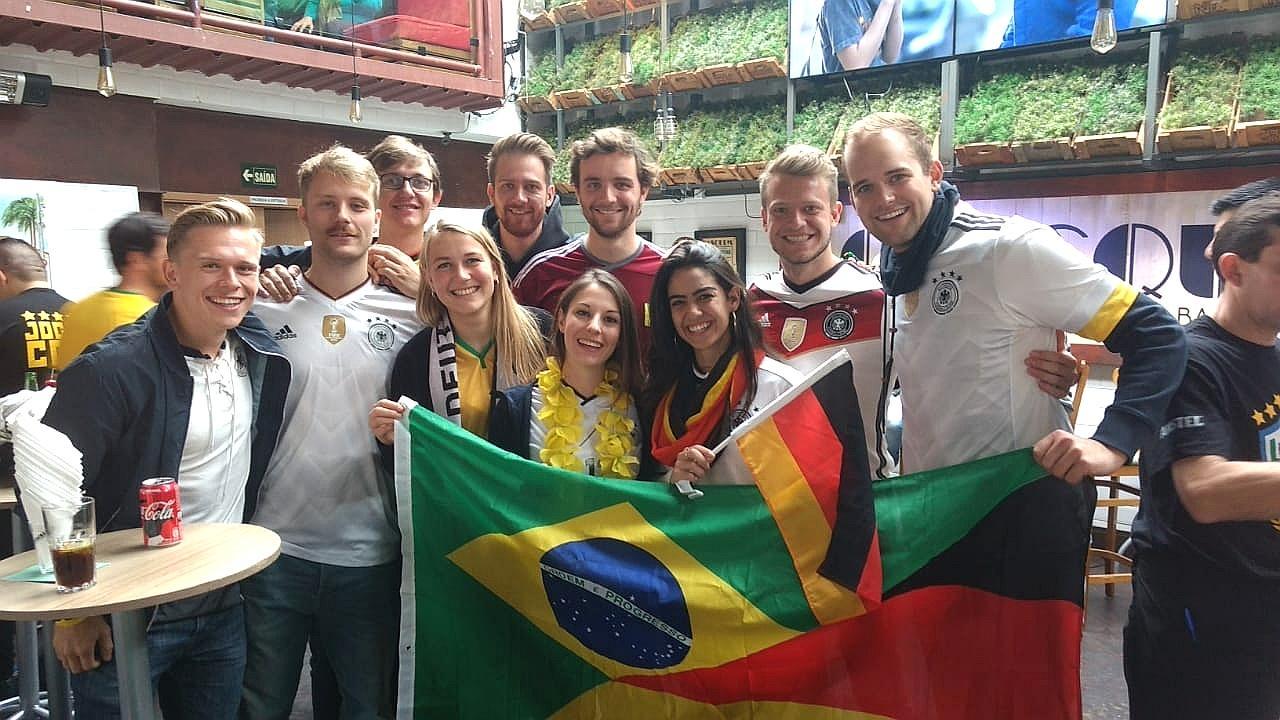Grupo de alemães na Vila Madalena, em São Paulo, torcendo na derrota alemã e no jogo do Brasil contra a Suíça