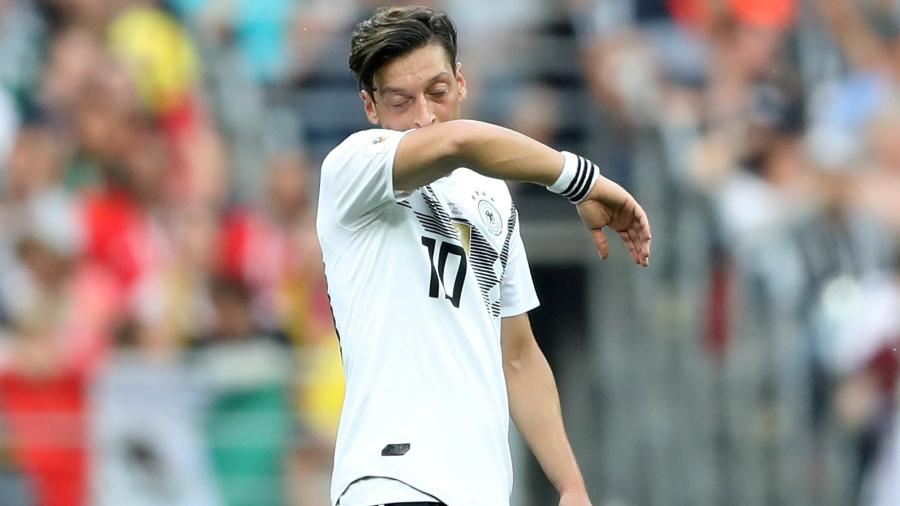 Ozil limpa o rosto durante a partida entre Alemanha e México pela Copa do Mundo da Rússia - Carl Recine/Reuters