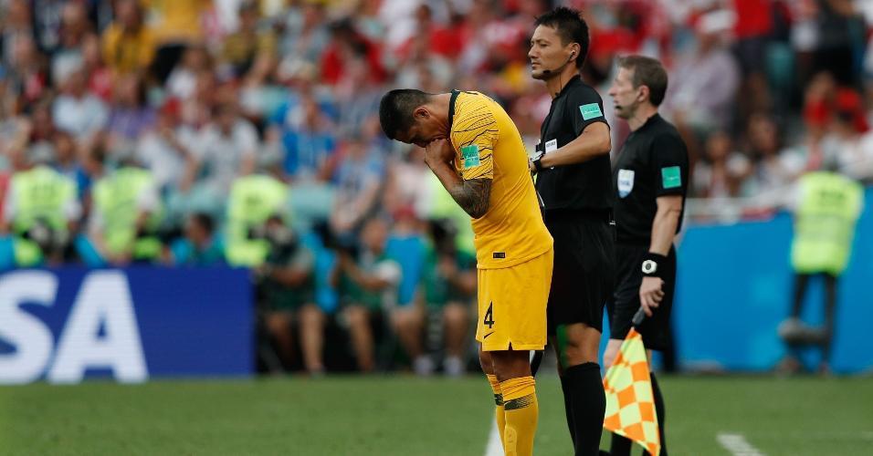 O veterano Tim Cahill se prepara para entrar em campo no duelo da Austrália contra o Peru