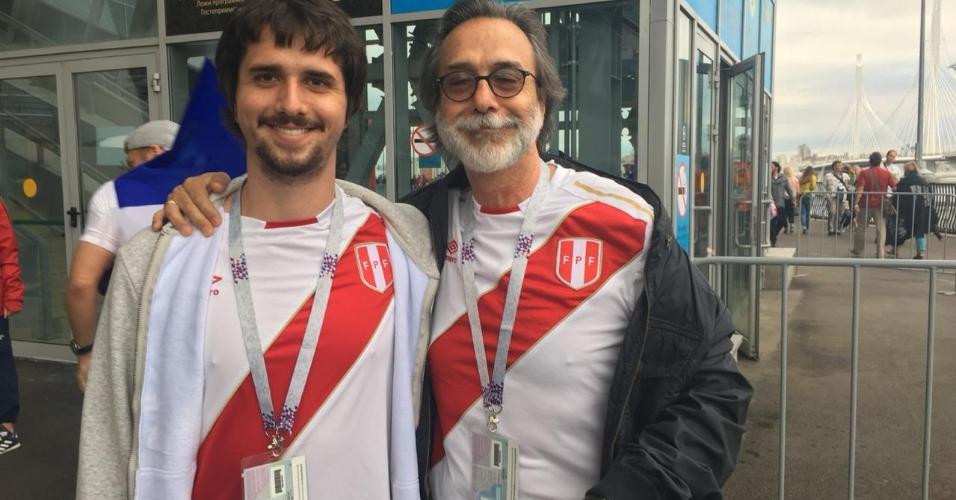 Peruano Hernan Chaparro leva o filho Vasco Chaparro para o estádio com a camisa do Peru, mas eles torcerão para a Bélgica