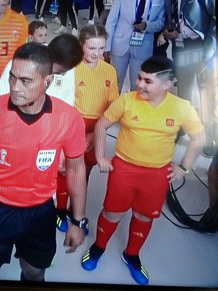 Resultado de imagem para Russia 2018 criança que acompanha jogador sorrindo .  foto