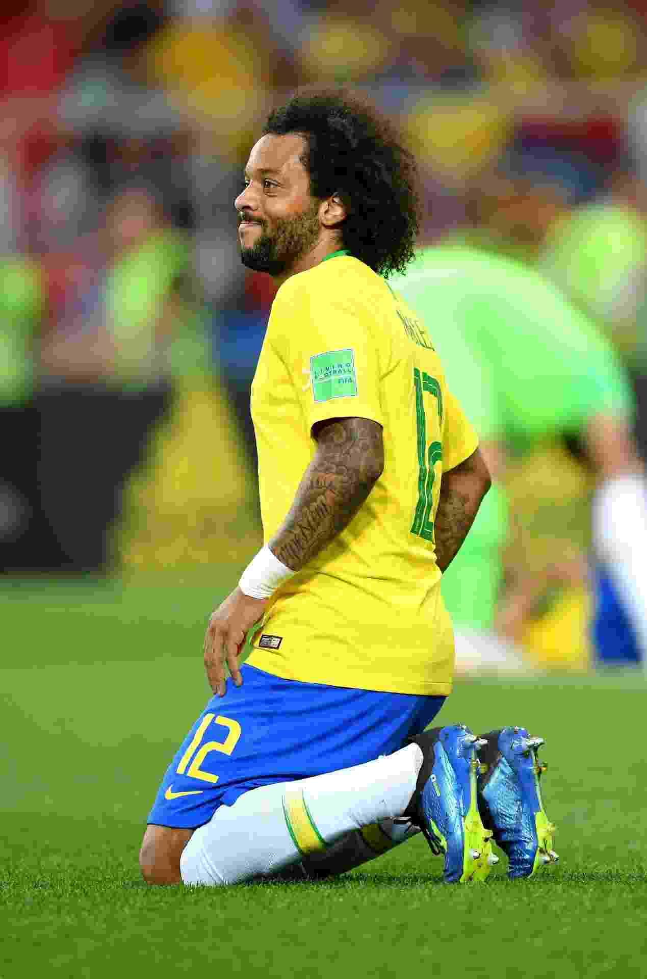 Marcelo ajoelha pouco antes de ser substituído em Brasil x Sérvia, na Copa do Mundo - Stuart Franklin - FIFA