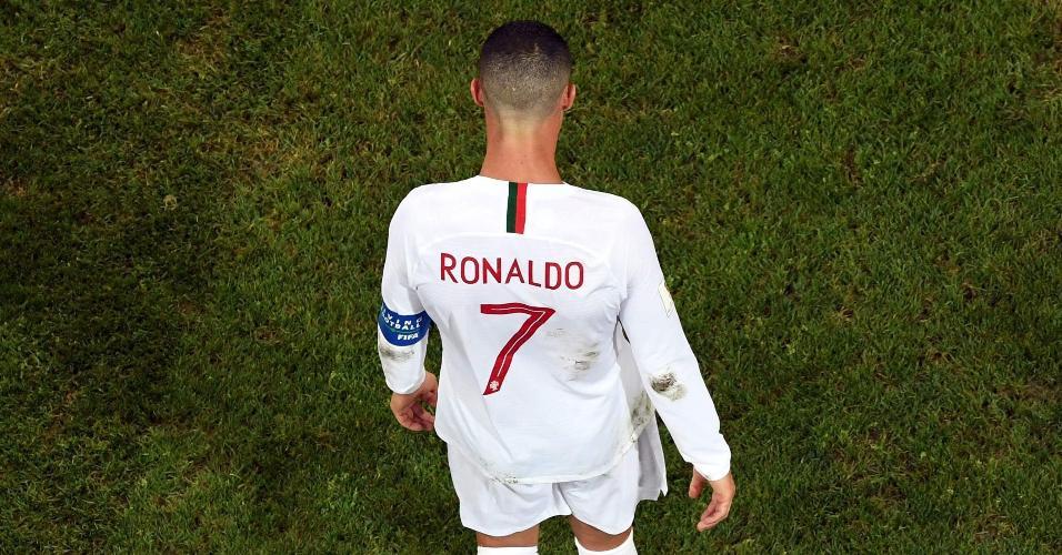 Cristiano Ronaldo cabisbaixo durante derrota de Portugal para o Uruguai na Copa